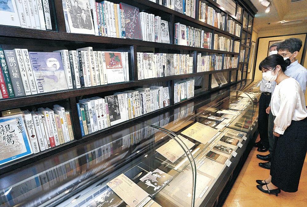 五木さんの金沢時代を紹介する展示コーナー=金沢市尾張町1丁目の金沢文芸館