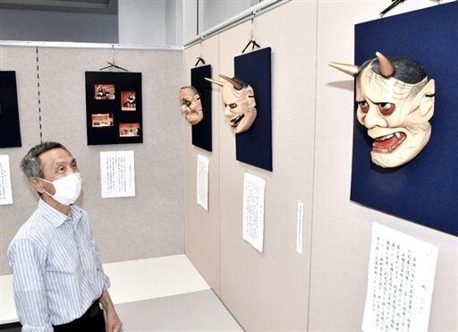 自作の能面を展示した男性=9月28日、福井県敦賀市本町2丁目のげんでんふれあいギャラリー
