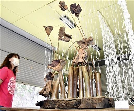 勅使河原さん遺作のオブジェに枯れたハスの葉を生けた作品=9月30日、福井県越前町小曽原の草月陶房