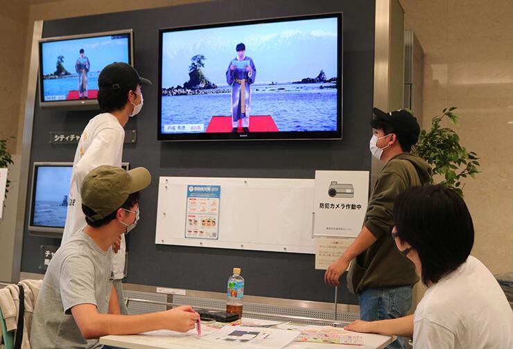 ウイング・ウイング高岡のテレビに映る「万葉集全20巻朗唱の会」