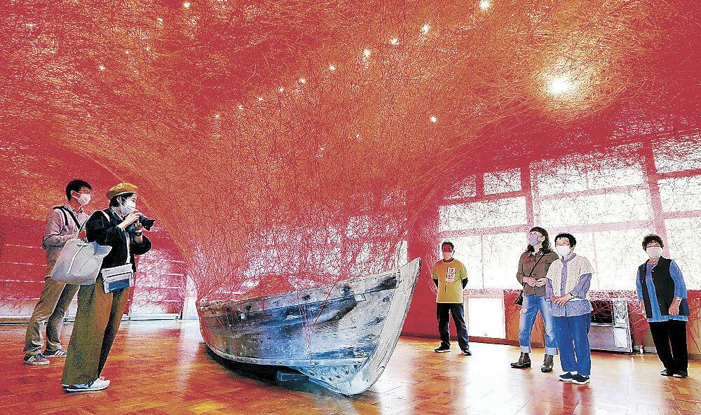公開された塩田千春氏の作品「時を運ぶ船」=珠洲市清水町の旧清水保育所