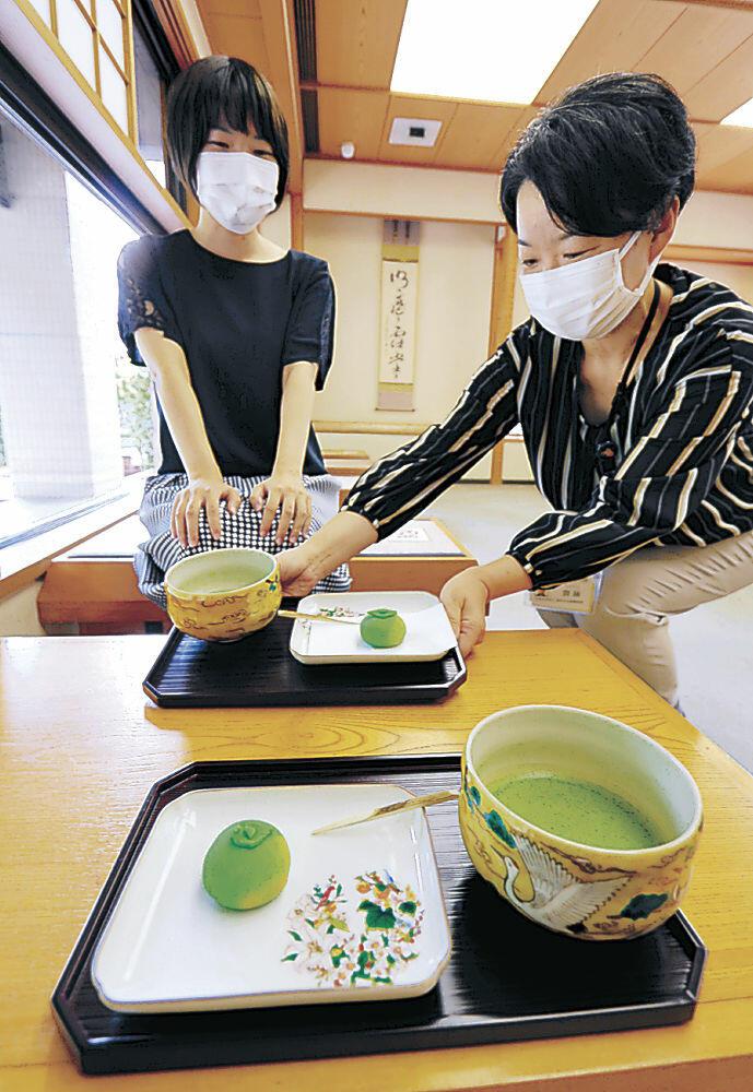 提供が始まった秋声をイメージした菓子=金沢市の中村記念美術館