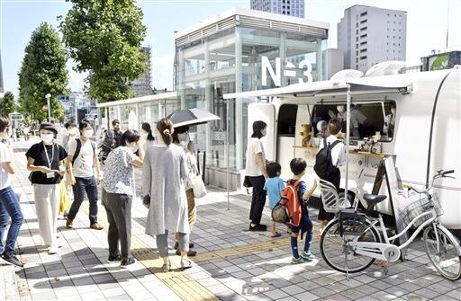 社会実験に出店したキッチンカーを利用する人たち=10月2日、福井県福井市大手3丁目