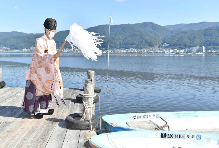 ワカサギ釣りの安全を祈願する宮坂宮司