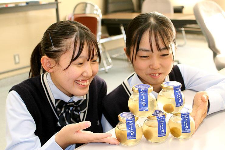 稲積梅ゼリーの商品化を喜ぶ氷見高校の生徒
