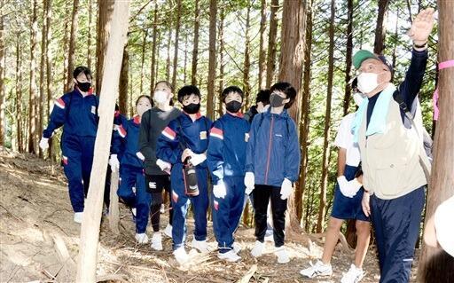 局長に堀切の説明を受ける生徒たち=10月5日、福井県高浜町の砕導山城跡
