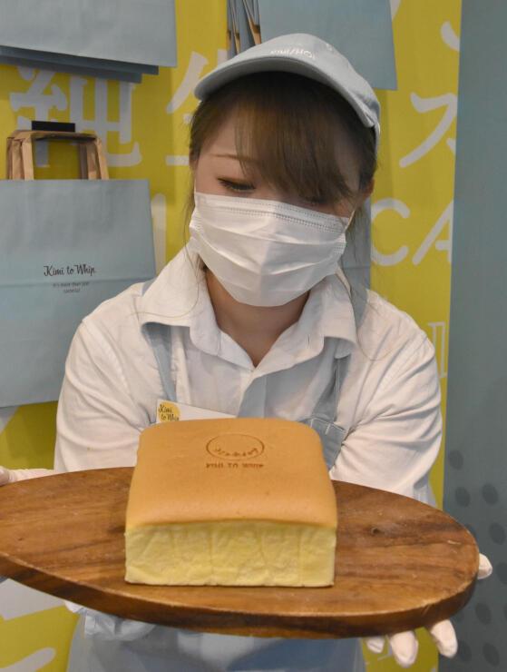 連日完売する人気の「キミとホイップ」の台湾カステラ