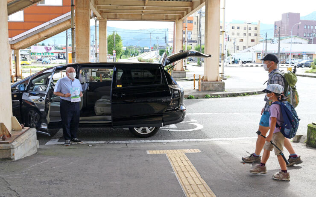 JR浦佐駅で登山客を出迎えるハイキングタクシー=南魚沼市(うおぬま・浦佐駅観光案内所運営協議会提供)