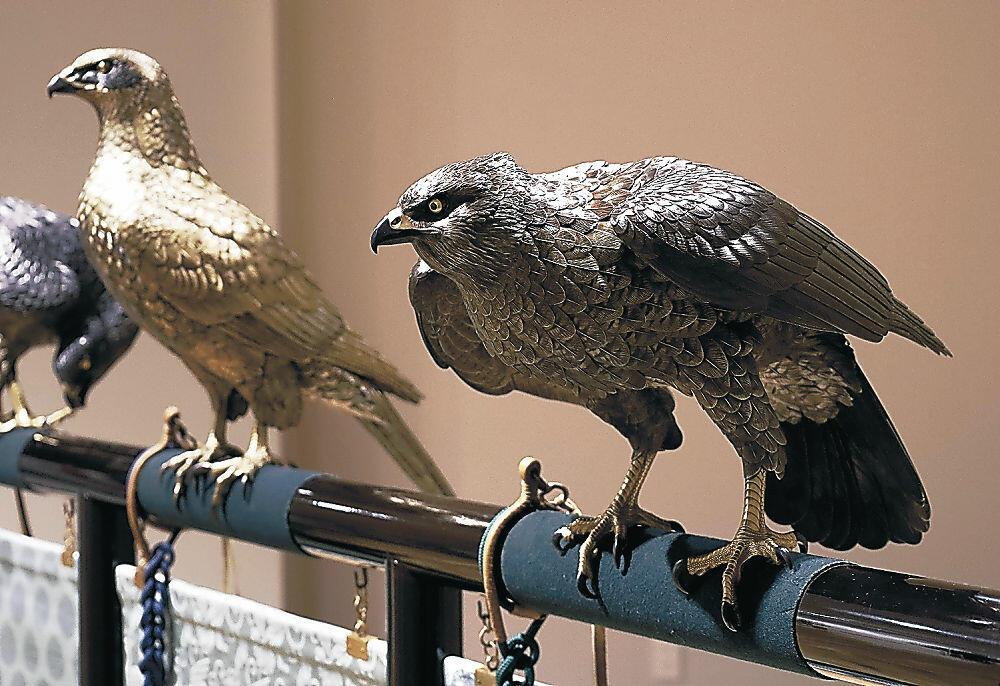 移転後では初めて全12羽を同時に並べる「十二の鷹」=金沢市の国立工芸館