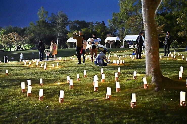 芝生に広がる「灯キャラバンプロジェクト」のキャンドル