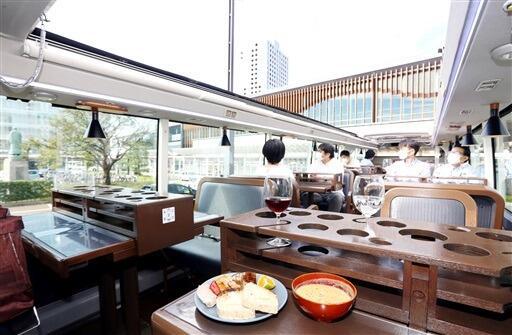 福井市内を走る開放感あふれるレストランバス=10月9日、福井県福井市手寄1丁目