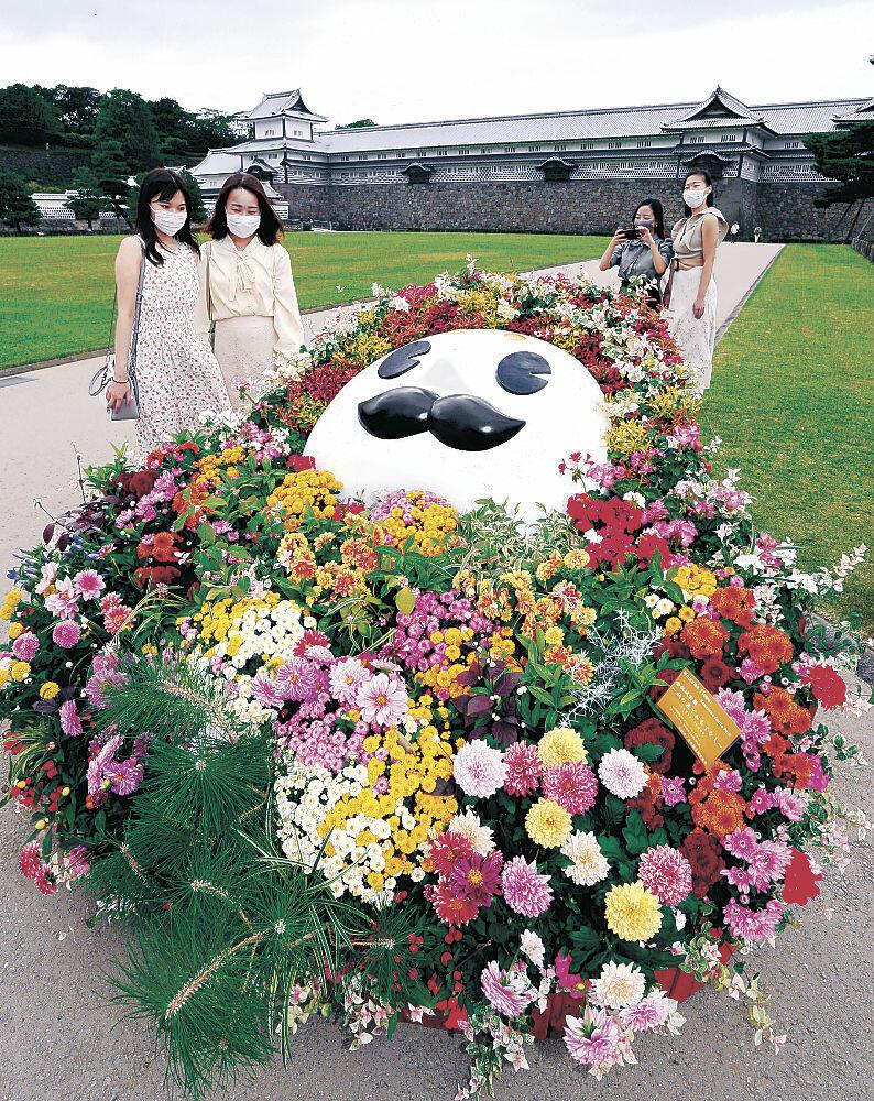 ひゃくまんさんをかたどった花壇を見て楽しむ来園者=金沢城公園