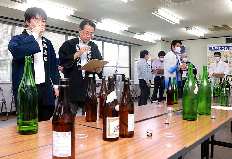 日本酒の味や香りを確かめる関係者=県酒造組合