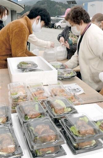 各店舗の多彩な料理が販売されたお惣菜市=2月、福井県おおい町成海の道の駅うみんぴあ大飯
