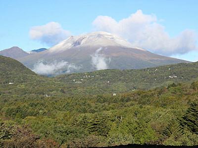 浅間山、雪化粧 平年より11日早い初冠雪