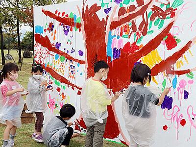 大キャンバスにお絵描き 文化幼稚園児 フルーツ思い思いに