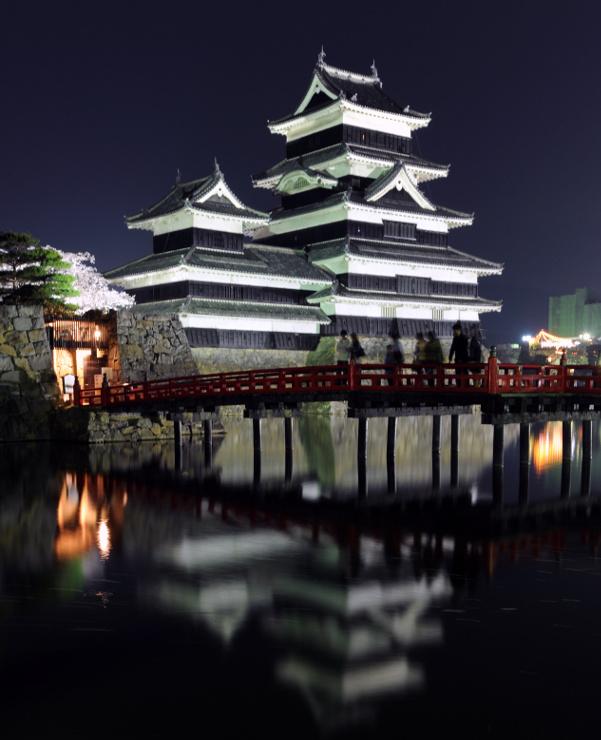 夜間はライトアップされる松本城
