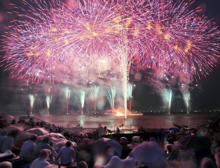 日本最大規模の「諏訪湖祭湖上花火大会」