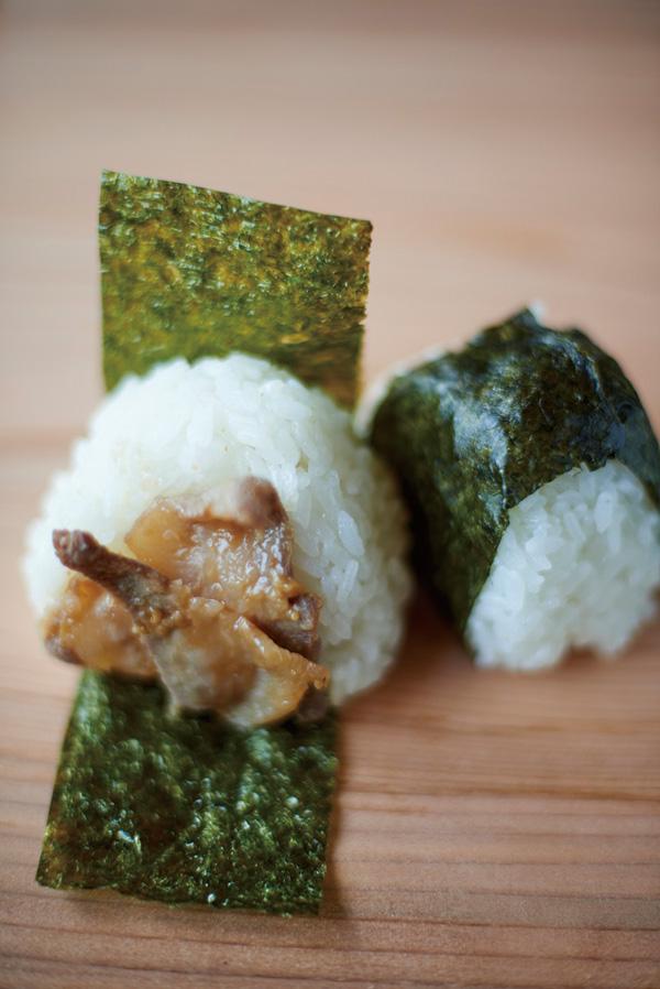 センターハウスにあるカフェでは池 田産コシヒカリのおに ぎりのほか、数量限定で池田バーガーを販売